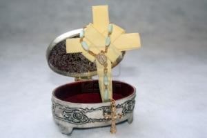 4833768-joyas-con-una-cruz-y-un-rosario